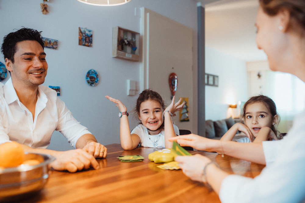 natürliche Familienfotos zu Hause